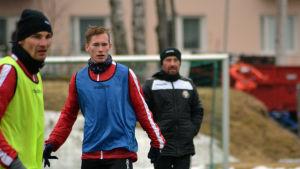 Joakim Häggblom och Kevin Larsson tränar, Kristian Heames följer med i bakgrunden.