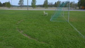 Djupa spår i fotbollsplanen i Ingå efter motorcyklar och bilar.