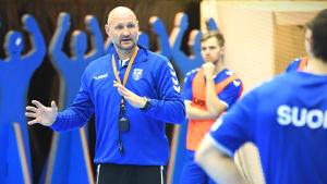 Ola Lindgren instruerar spelarna under sitt första träningspass med herrlandslaget i handboll-