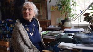 Irmelin Sandman Lilius sitter framför en skrivmaski.