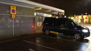 Pakettaxi står parkerad vid en taxiplats.
