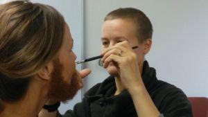 Heidi Lunabba gör skägg åt Anne Hietanen