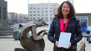 Ann-Sofi Backgren med boken Österbotten berättar