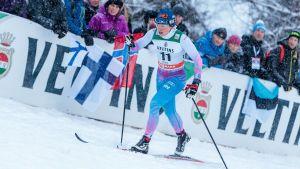 Krista Pärmäkoski skidar upp för en backe