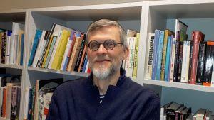 Johannes Brusila, fotograferad i sitt arbetsrum hösten 2019.