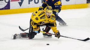 Miikka Pitkänen försöker nå pucken framåtböjd.