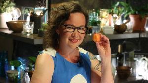 Rosa Meriläinen poserar med en aprikos