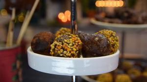 Ett kakafat med raw food-bollar garnerade med bipollen och kakaopulver.