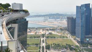 Singapores hamn omringas av skyskrapor. Många skyskrapor i Singapore har uppförts på mark som nyligen var hav.
