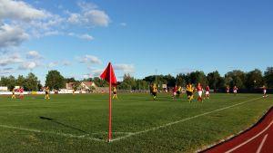 Inkast under ett fotbollsderby mellan Pargas IF:s och ÅIFK:s damer i juni 2017.