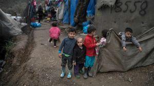 Barn i flyktinglägret i Moria på Lesbos.
