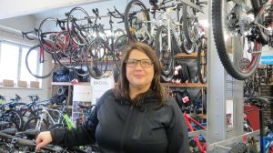 Kvinna i cykelaffär