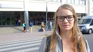 Saga Riihinen hjälper som frivillig de asylsökande som köar utanför böle polisstation