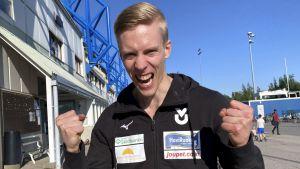 Kristian Pulli jublar efter finskt rekord.