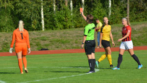 Målvakten Tanja Kotoaro får rött kort i Nedervetil.