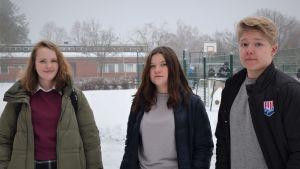 Ellen Hellberg, Enja Hellberg och Liam Hagman utanför Karis svenska högstadium.