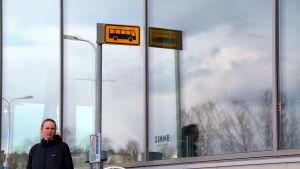 konstnär vid busshållplats