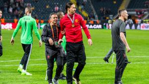 Ibrahimovic på planen med medaljen runt halsen