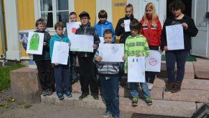 Sjätteklassare från Svatrå skola framför Svartå slott