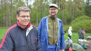 Dan Lindholm och Georg Haggren vid en utgrävning i Snappertuna.
