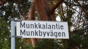 Skylt vid Munkbyvägen i Sannäs, Borgå