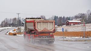 Lastbil kör i korsning