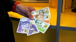 Nya och gamla svenska kronor vid Forex i köpcentret Itis.