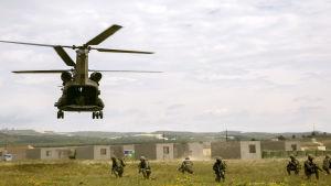 EU-trupper övar i Saragossa, Spanien.
