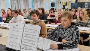 Onkilahden yhtenäiskoulun 7.-luokkalaiset musiikintunnilla joulukuussa 2019