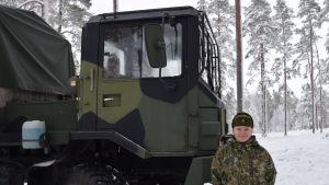 Laura Lehto fungerar som lastbilschaufför under övningen i skogen.