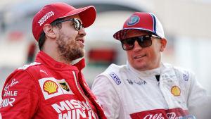Sebastian Vettel och Kimi Räikkönen pratar.
