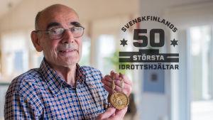 Eugen Ekman med sin guldmedalj från OS 1960. På bilden också logon för Svenskfinlands 50 största idrottare.