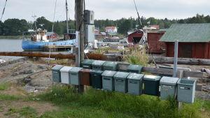 Postlåderad med Rosala hamn i bakgrunden.