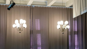 Lampor i stor sal.