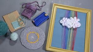 Erilaisia pahvilla kudotettuja esineitä, pannunalusta, taulu, laukku, kotelo ja nukkekodinmatto