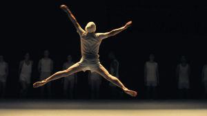 Tanssija hyppää ilmaan. Kuva tanssidokumentista Mr. Gaga.