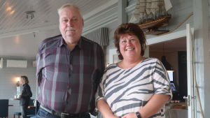 Tomy Wass och Annalena Sjöblom glada på en glasveranda.