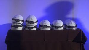 Vita skyddshjälmar på ett bord