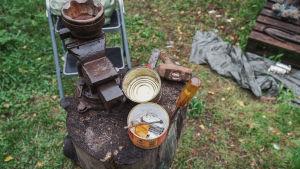 Nauloja, ruuvari ja muita työkaluja pölkyn päällä pihamaalla.