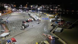 Långtradare som väntar på att få köra ombord på Sverigefärja.