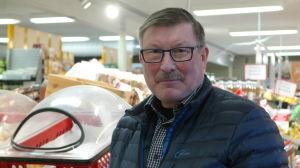 Köpman Jörgen Eklund i sin mataffär i Korpo