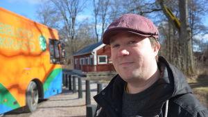 Lasse Lampenius vid valbussen i Fiskars, Raseborg.