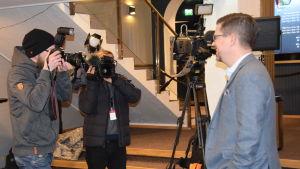 Klaus Härö fotograferas under presstillfälle.