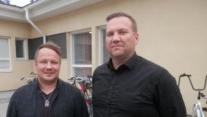 Platschef Riku Laukkonen vid Jaakon Tupa och regionchef Ari Vaaranmaa vid Mikeva