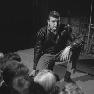 Nahkatakkinen Kai Lind yleisön edessä lavalla Karuselli-ohjelmassa 1963.