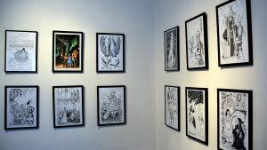 Tavlor som hänger på galleriväggen.
