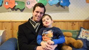 Mikael Nylund med sonen Viktor på Prästkulla daghem