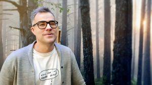 Kristjan Kaunissaare från Estlands ekonomi- och kommunikationsministerium står framför en vacker plansch med ett skogslandskap.