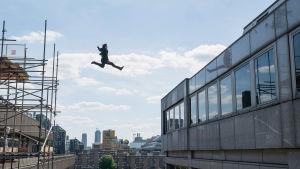 Ethan Hunt (Tom Cruise) hoppar från en byggnad över till en annan.