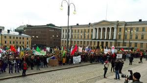 Protestmöte mot nedskärningarna i studiestödet på Senatstorget i Helsingfors.